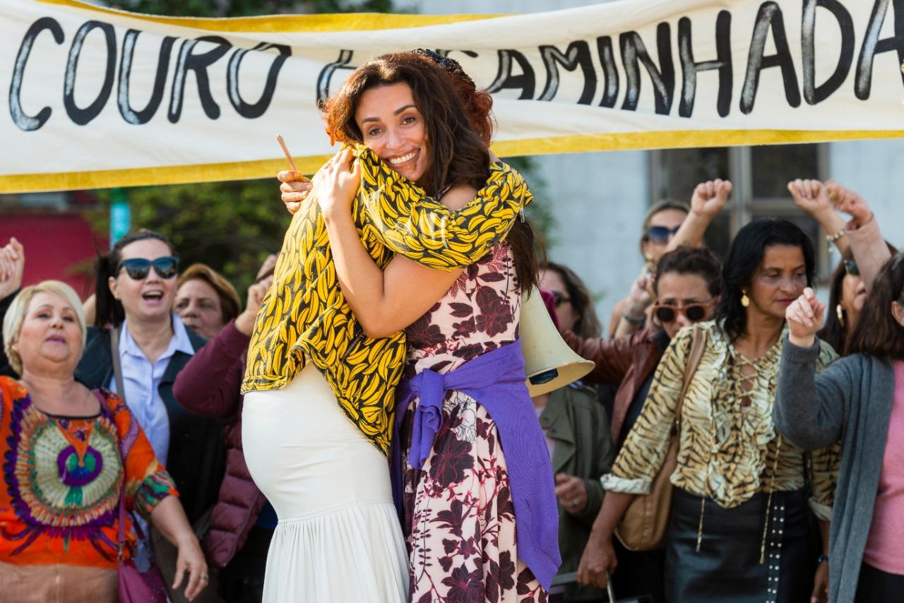 """Suzi Pires estreia comédia """"De Perto Ela Não É Normal"""" nos cinemas e streaming com elenco de peso"""