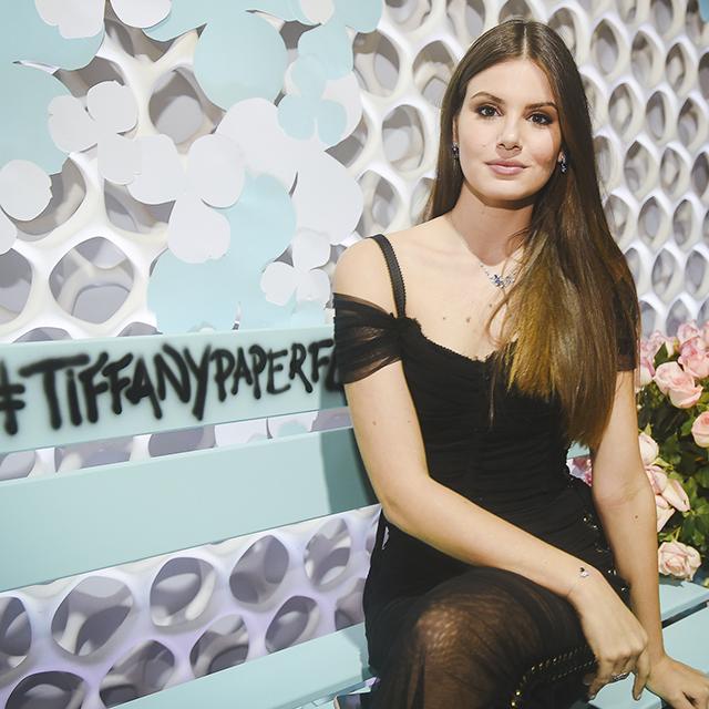 Tiffany&Co. lança coleção Paper Flowers em nova loja com presença de Camila Queiroz